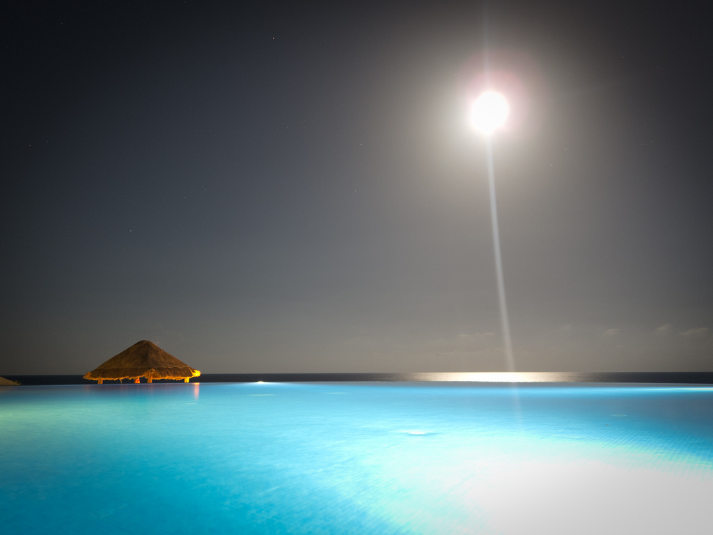 Still blue infinity pool in Cancun, Mexico